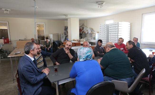 Çiftçi farkı: İşçileriyle çay içti dertlerini dinledi