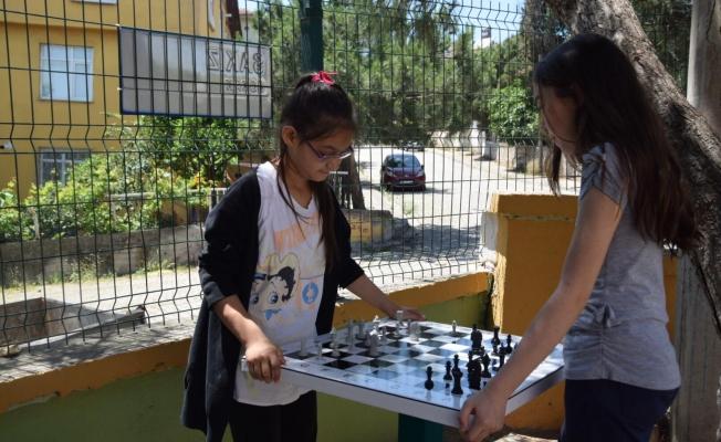 Okul bahçelerine satranç masası