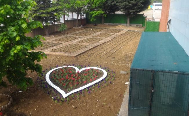 """Çocukları toprak ile buluşturan proje;  'Üretken Mutlu Çocuklar Bahçesi"""""""
