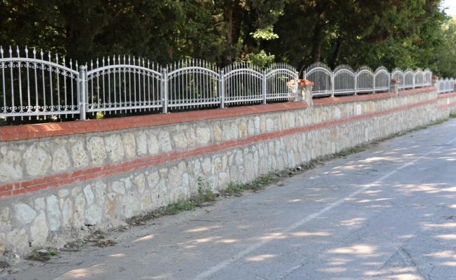 140 mezarlığa 16 bin 750 metre taş duvar