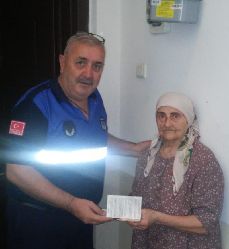 90 yaşındaki Sabahat Teyze parasını düşürdü..İmdadına zabıta yetişti...