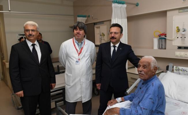 Vali  Aksoy, hastanede tedavi gören Kore Gazi'sini ziyaret etti