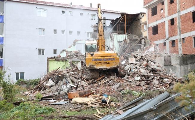 Çayırova'da eskibina yıkıldı