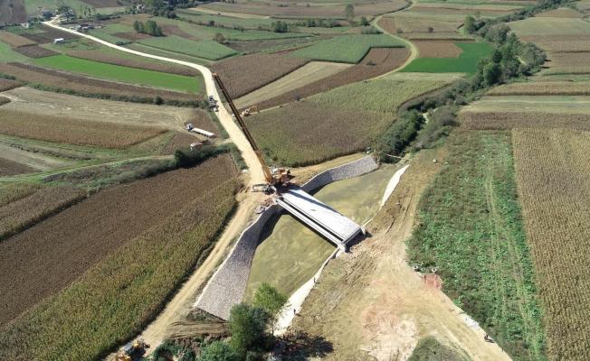 Çıraklı-Çavuşlu köylerini birleştiren köprünün kirişleri yerleştirildi