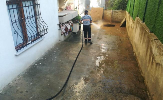 Temizlik işleri, su baskınının izlerini siliyor