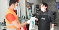 Çayırova'da dezenfekte edilen berber ve kuaförlere maske dağıtıldı