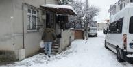 Darıca'da karantinadaki vatandaşlara sıcak yemek yardımı kar yağışında durmadı