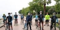 Çocuklara Eskihisar'da bisiklet hediye etti